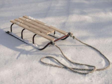 Traîneau avec corde dans la neige gros plan d'hiver. Bon arrière-plan avec espace de copie pour la bannière de concept de vacances d'hiver.