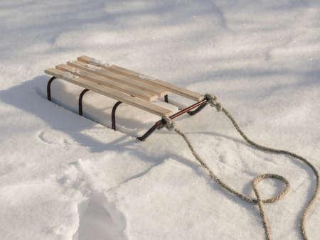 Traîneau avec corde dans la neige gros plan d'hiver. Bon arrière-plan avec espace de copie pour la bannière de concept de vacances d'hiver. Banque d'images