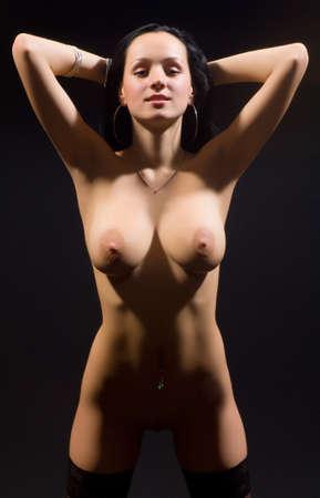 beaux seins: nue jeune femme sur fond noir  Banque d'images