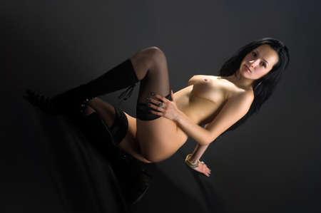 jeune femme nue: belle jeune femme nue sur fond noir Banque d'images