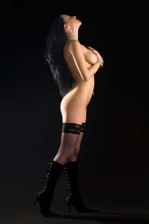 joven desnudo: desnudo joven y bella mujer sobre un fondo negro  Foto de archivo