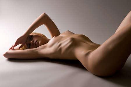 tieten: Heet en individuele. Portret van een naakte sexy blonde