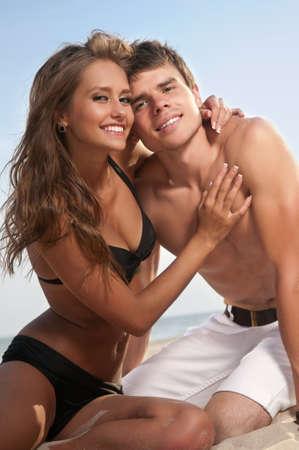 pareja saludable: Guy y su novia est�n en la playa Foto de archivo