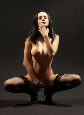 mujer desnuda senos: hermosa mujer desnuda sobre un fondo negro Foto de archivo