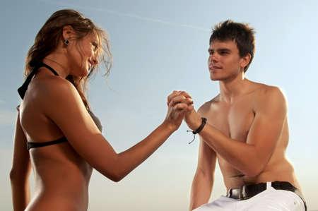 pareja apasionada: Guy y su novia sentada en la playa Foto de archivo