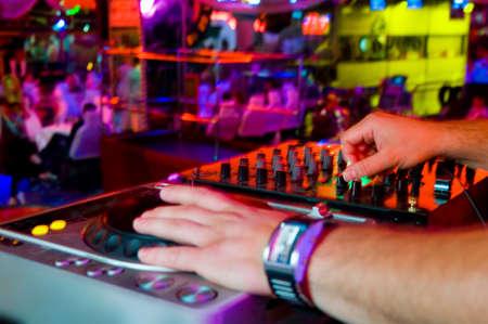 jockey: DJ tocando la pista en la discoteca en una fiesta