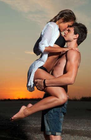 pareja saludable: el tipo con la novia en la espalda
