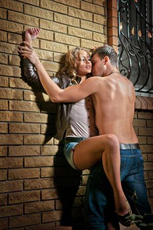 секс: Сексуальная пара в любви на открытом воздухе Фото со стока