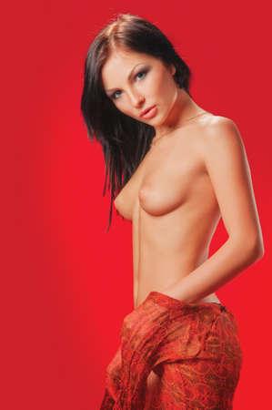 junge frau nackt: sch�ne nackte junge Frau auf einem roten Hintergrund Lizenzfreie Bilder