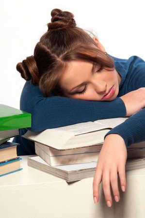 woman sleep: Dormir hermosa muchacha en una pila de libros, fondo gris Foto de archivo