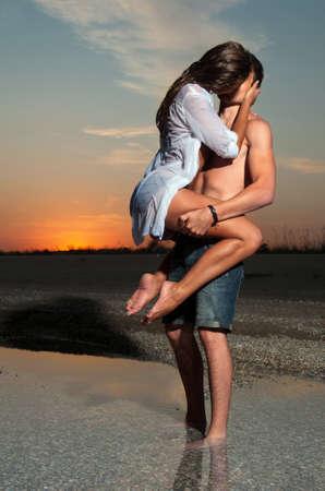 страстный: Парень держит девушку в спину Фото со стока