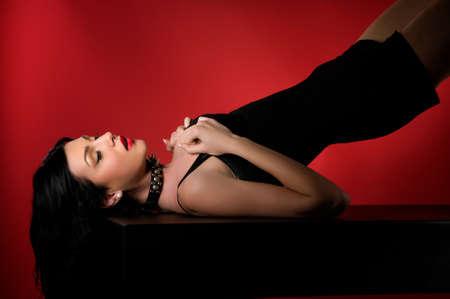 esclavo: Retrato de la moda joven modelo de mujer hermosa. Las mujeres Glamour con largo cabello negro y peinado sexy. Mujer con collar de cuero con tachuelas en una cadena de metal