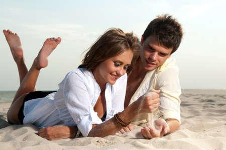 pareja apasionada: chico y su novia est�n en la playa