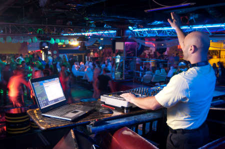 DJ behind the control panel vinyl records Standard-Bild
