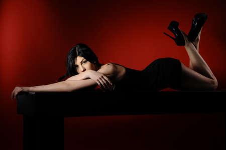 fetysz: Moda portret młodej pięknej modelu kobiety. Kobiety Glamour z długimi czarnymi włosami i fryzura sexy.