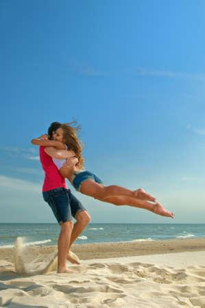 pareja saludable: el tipo que sostiene la novia en la espalda Foto de archivo