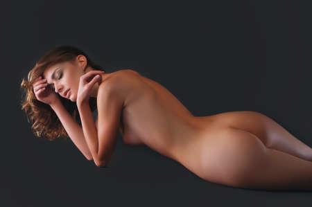 mujeres jovenes desnudas: imagen de hermosa mujer desnuda sobre gris Foto de archivo