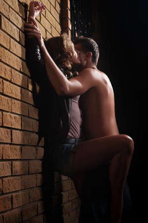 hombres besandose: Una foto de un hombre y una mujer en el amor besos Foto de archivo