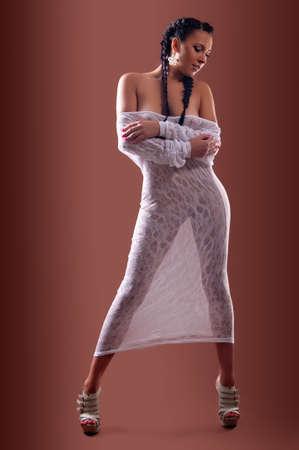 Sch�n, nackt und sexy Frau auf braunem Hintergrund Lizenzfreie Bilder - 17208032