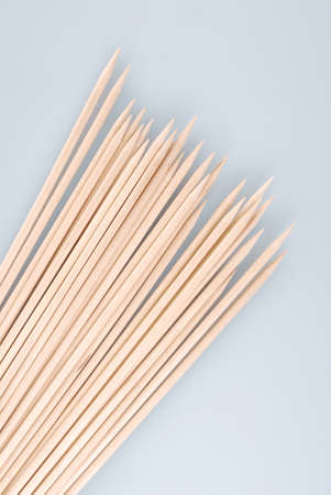 Multiple wooden bamboo skewers laying on a light background 版權商用圖片