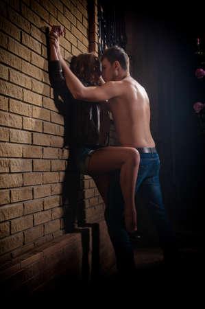 baiser amoureux: Un tir d'un homme et une femme dans l'amour embrasser Banque d'images