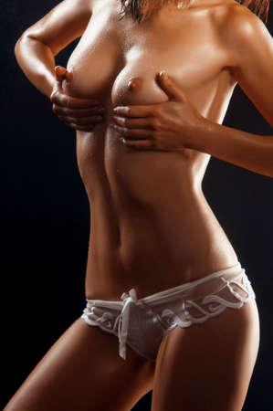 desnuda: Hermosa mujer desnuda joven aislado en negro
