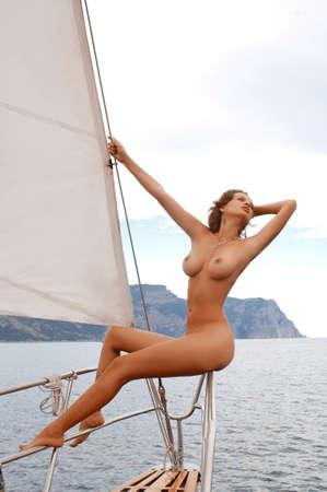 nackt: sch�ne nackte Frau an Bord einer Yacht Lizenzfreie Bilder