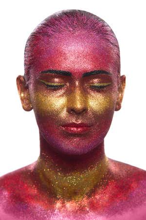 glitter makeup: Maquillaje del brillo en una cara hermosa mujer sobre un fondo blanco. Dise�o Creativo Contempor�neo