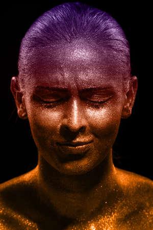 glitter makeup: Maquillaje del brillo en una cara hermosa mujer sobre un fondo negro. Dise�o Creativo Contempor�neo