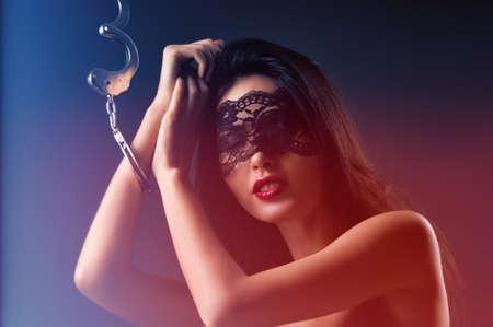 prostituta: Retrato de joven y bella mujer femenina modelo del encanto con el pelo negro largo y peinado sexy