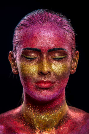 glitter makeup: Maquillaje del brillo en un hermoso rostro de mujer sobre un fondo negro. Dise�o Contempor�neo Creativo