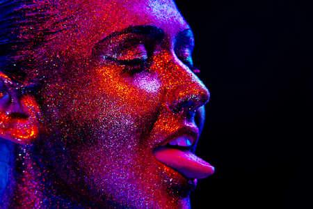 glitter makeup: Maquillaje del brillo en una hermosa cara de la mujer sobre un fondo negro. Dise�o Contempor�neo Creativo