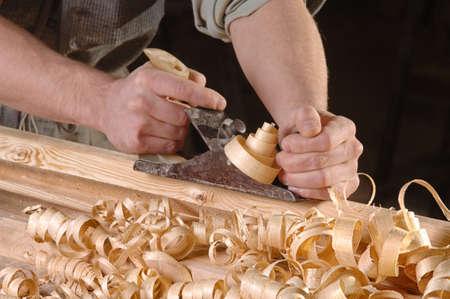 carpintero: Las manos del hombre con carpinteros plano sobre fondo de madera