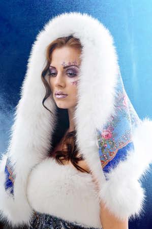 white fur: Chica de invierno con sombrero de pelaje blanco vistiendo abrigo de piel caliente
