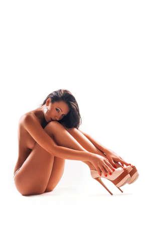 desnudo de mujer: Retrato de la hermosa mujer desnuda aislada en un fondo blanco Foto de archivo