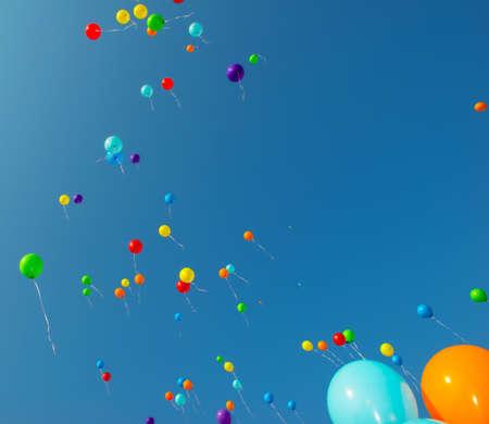 Un montón de globos de colores en el cielo azul Foto de archivo - 46409760