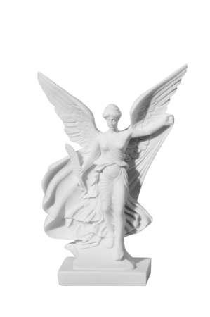 estatua del ángel de la mujer joven hermosa con un fondo blanco