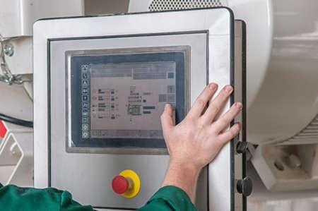het drukken van belangrijke technologieknop op het bedieningspaneel in de fabriek