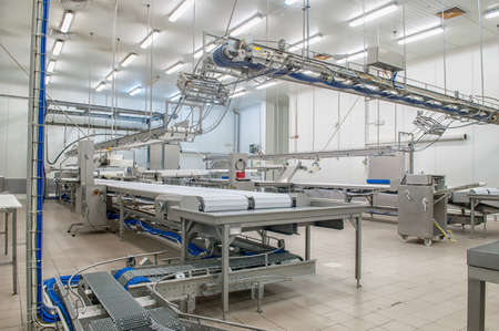 Industrial production cutting large quantities of meat Stockfoto