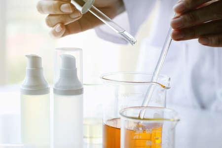 오일 주입, 장비 및 과학 실험, 의약 화학 제제, 유기 의약, 대체 의학 개념. (선택적 포커스) 스톡 콘텐츠