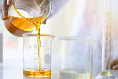 Ölgießen, Ausrüstungs- und Wissenschaftsexperimente, die Formulierung der Chemikalie für Medizin, organisches pharmazeutisches, Alternativmedizinkonzept. (Selektiver Fokus) Standard-Bild