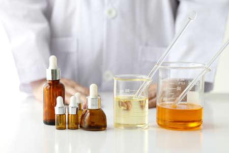 Concepto de producto de belleza, Doctor y experimentos de medicina, Farmacéutico formulando el producto químico para cosméticos, Contenedores de botella de cosméticos, Etiqueta en blanco para la marca de maqueta.