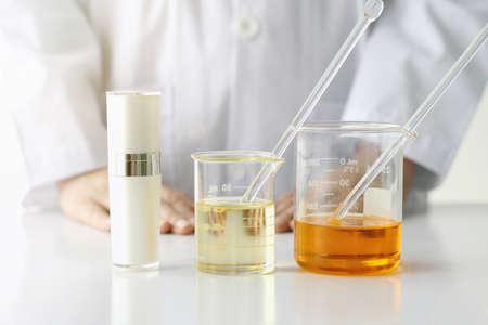 美容商品コンセプト、医師、医学の実験、薬剤師化粧品、化粧品のボトル容器のための化学、モックアップをブランディングのための空白のラベル