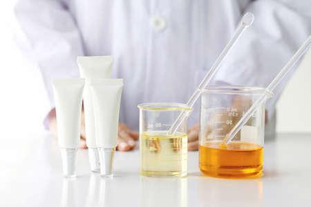Concept de produit de beauté, Expériences médicales et médicales, Pharmacien formulant le produit chimique pour produits cosmétiques, Récipients à bouteilles cosmétiques, Étiquette vierge pour maquette de marque.