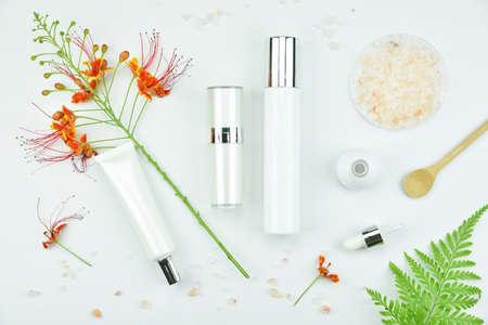 ハーブ化粧品ボトル容器の葉、モックアップ、自然な有機性美容製品コンセプトをブランディングのための空白のラベル パッケージ。