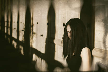 Ghost in Haunted House, Mysterious Woman, Horror-Szene von furchtsamen Frau, Angry Ghosts. (Vintage Film Style Process)
