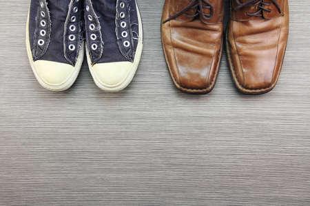 正式の男性の靴、ファッションの別のスタイルを比較し、カジュアルな男性のファッションスタイル、スニーカー、レザー シューズ。(カラー)