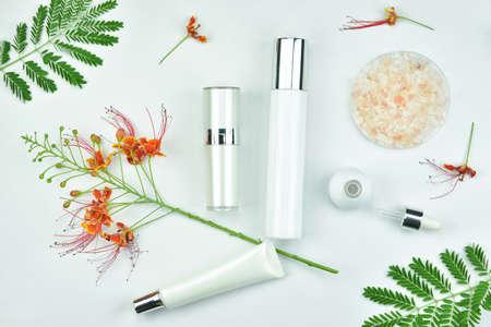 グリーン ハーブ化粧品ボトル容器の葉、ブランディングのモックアップ、自然な有機性美容製品コンセプトの空白のラベル パッケージ。