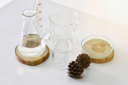아름다움 제품에 대 한 천연 성분으로 실험실 유리의 그룹입니다.