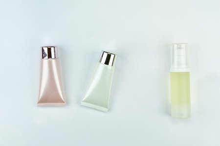 白い背景に、モックアップをブランディングのための空白のラベルの化粧品ボトル コンテナーです。